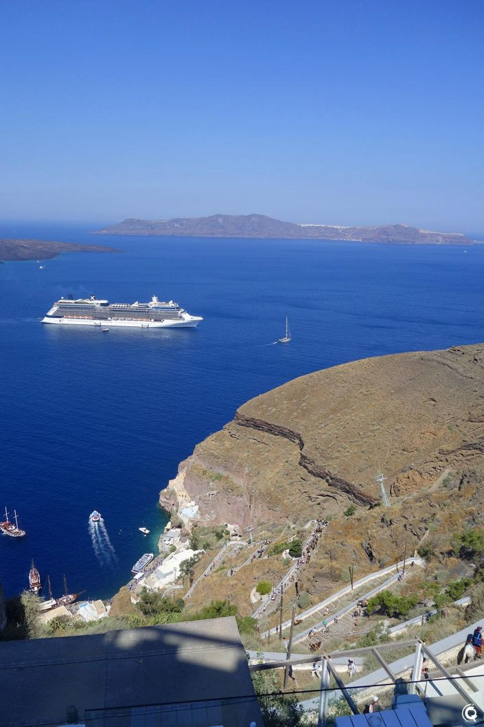 La descente vers le port de Fira