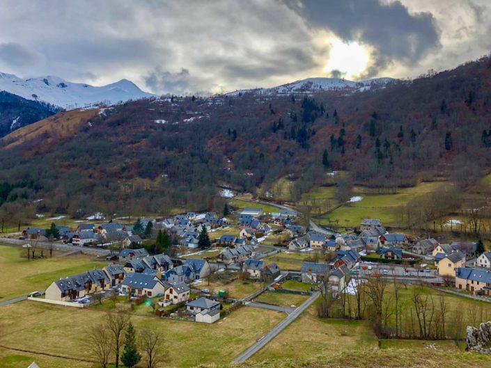Le village de Génos dans les Pyrénées