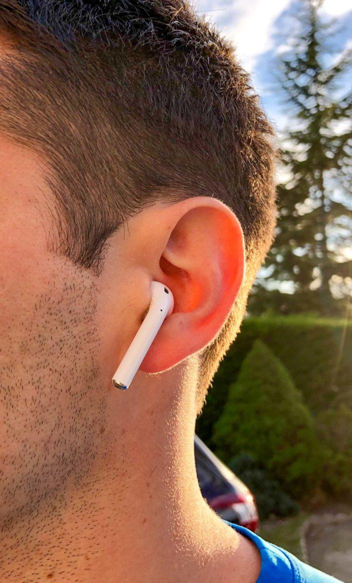 AirPods d'Apple dans les oreilles