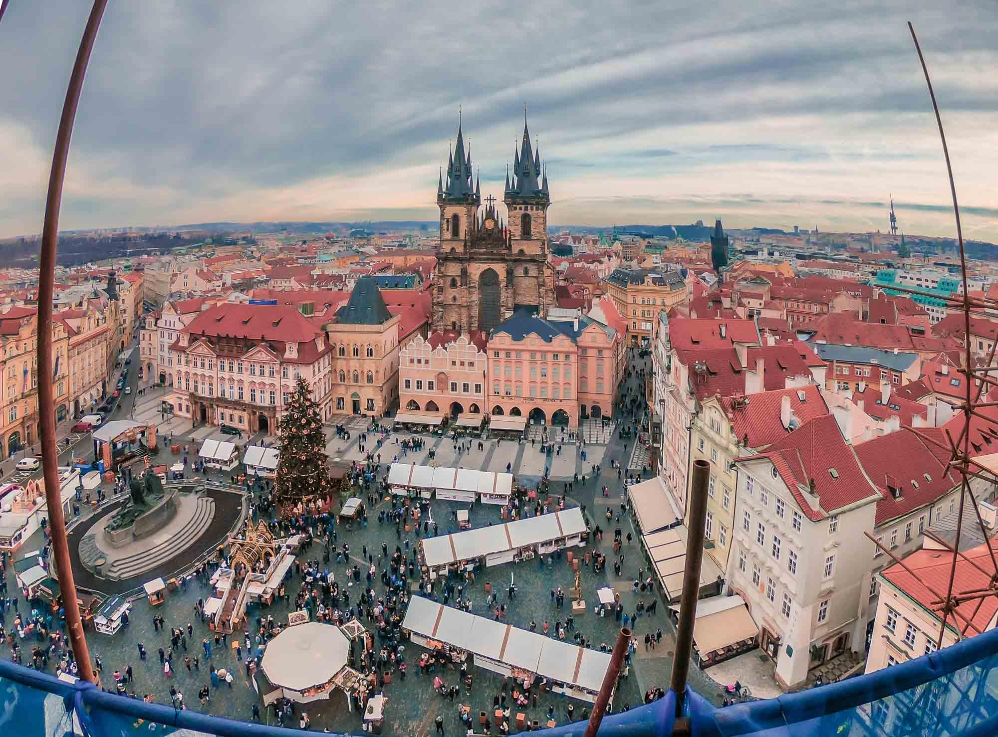 L'immense place de la Vieille Ville et son marché de Noël