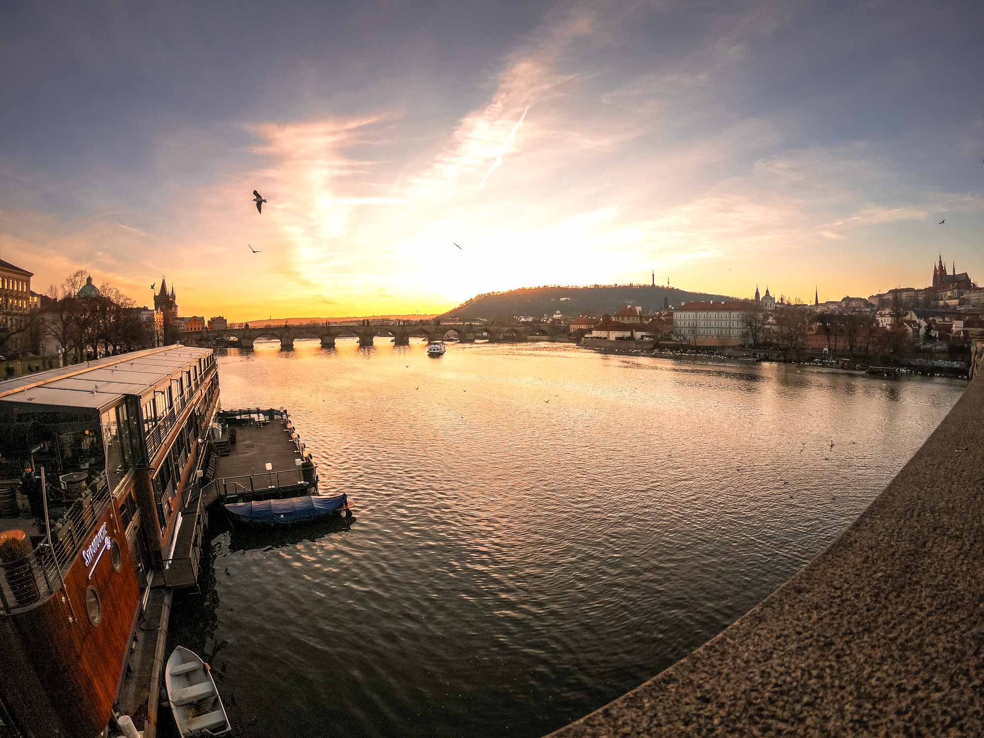 Coucher de soleil sur la Vltava à Prague