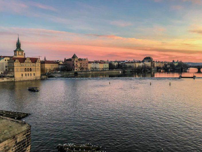Vue sur la Vltava depuis le pont Charles