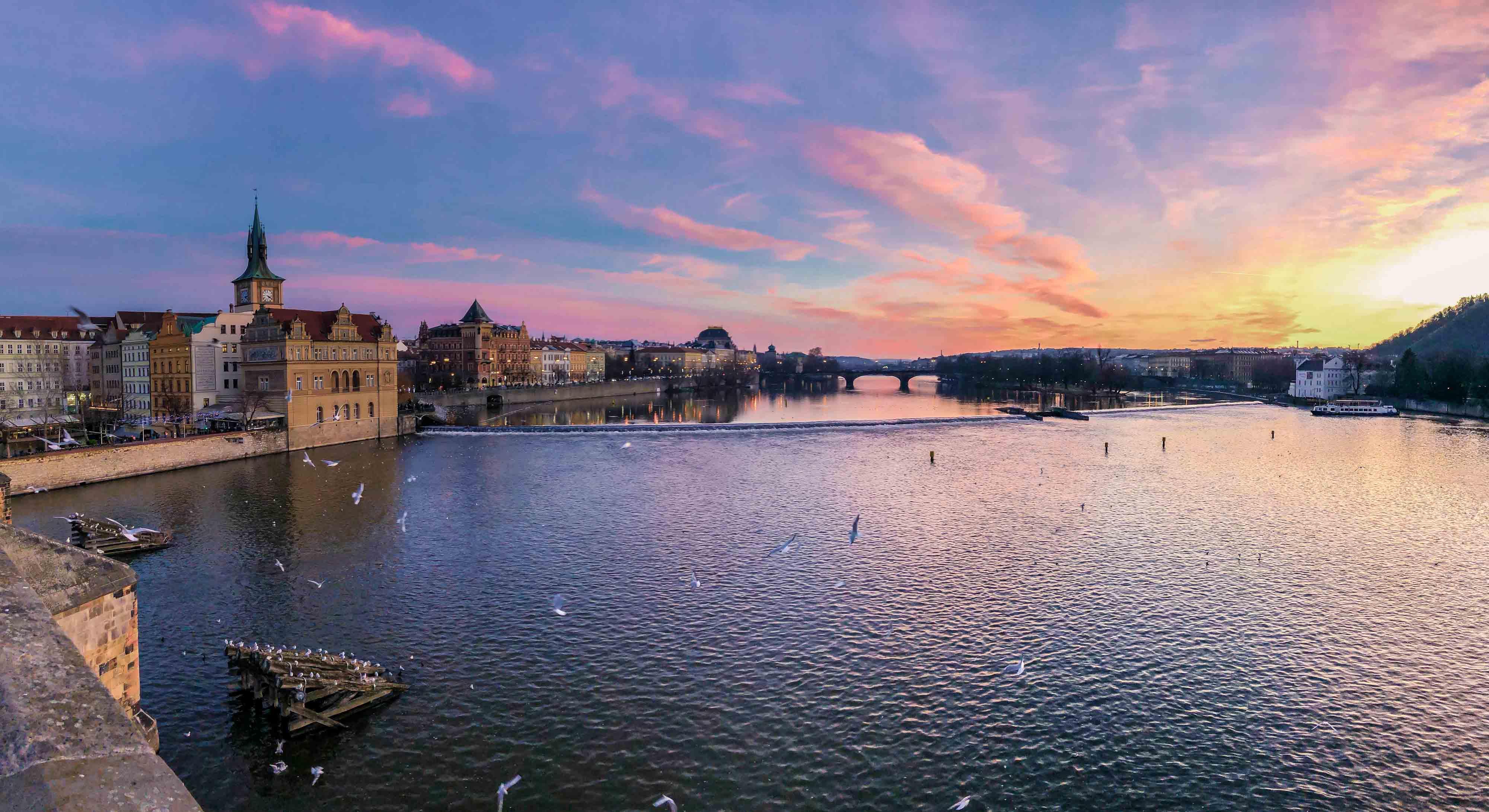 Le panorama sur la Vltava depuis le pont Charles à la tombée de la nuit
