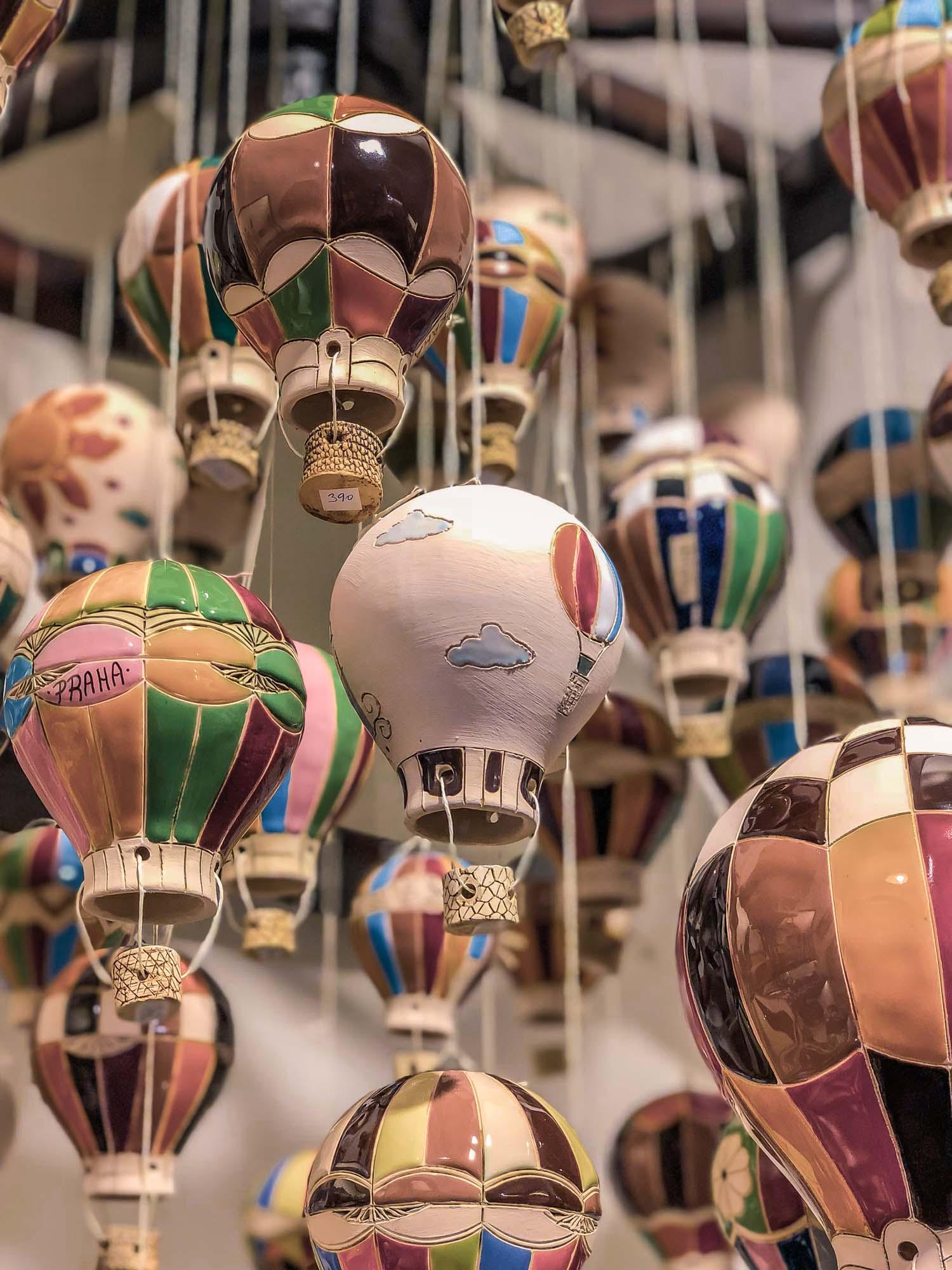 Des montgolfières suspendues à l'aide d'un fil