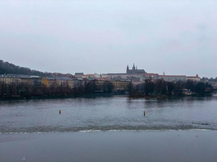 La vue sur le château depuis le pont Jiráskův most à Prague