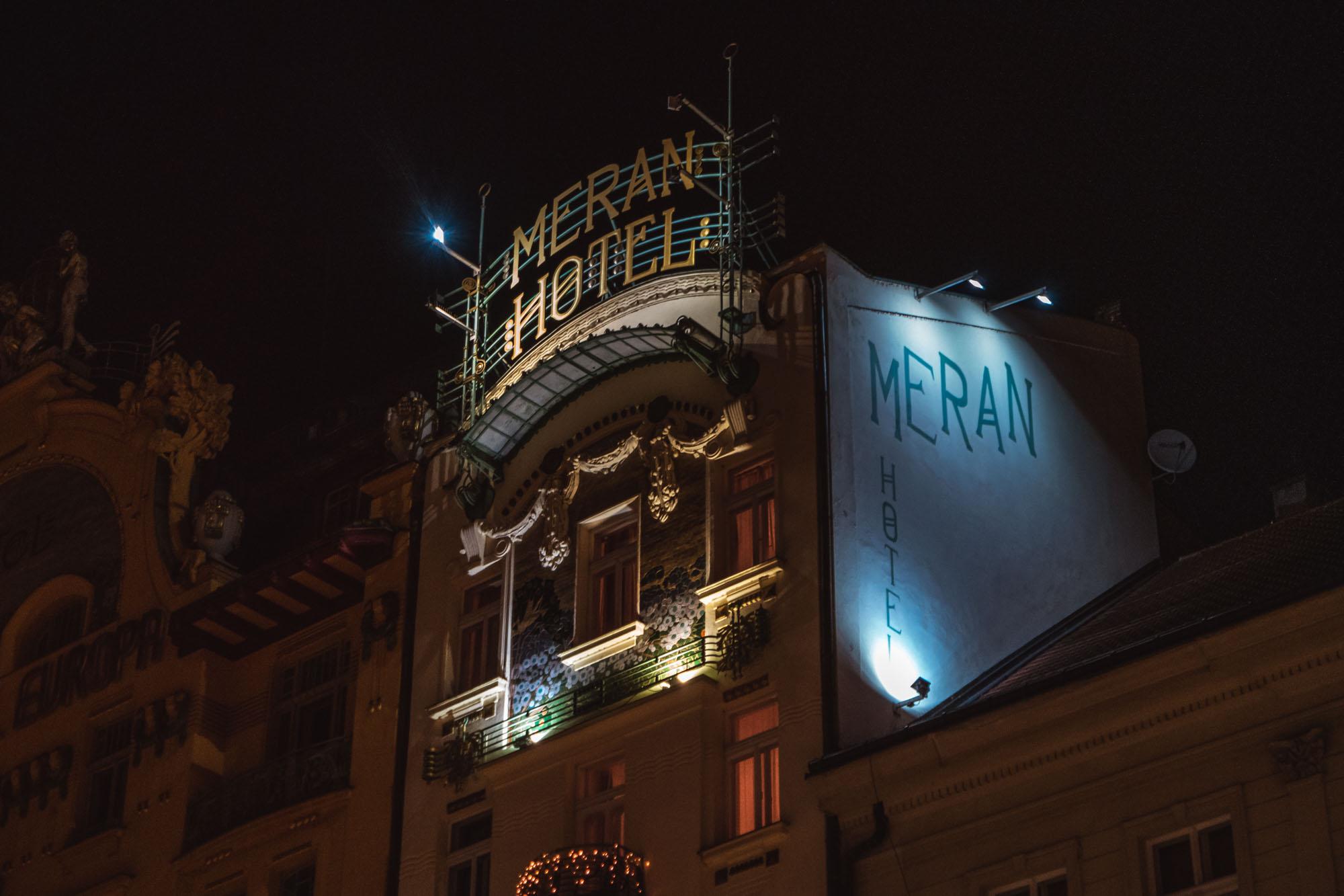 Jeux de lumières sur les façades de Prague