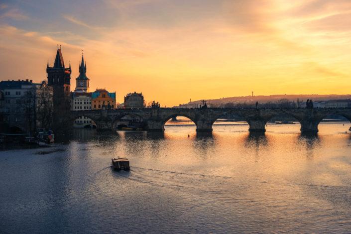 Coucher de soleil sur le pont Charles à Prague