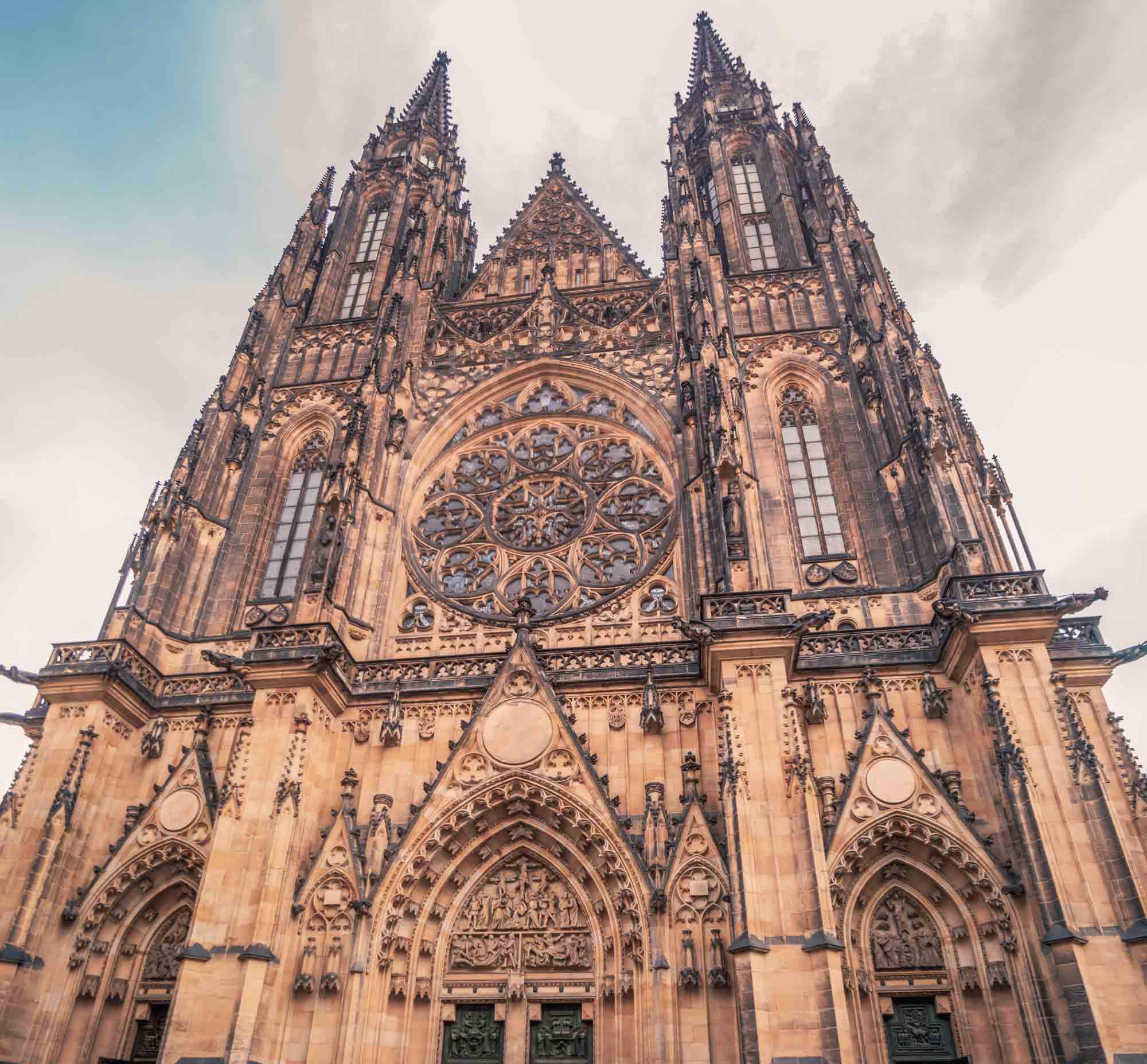 La cathédrale Saint-Guy de Prague vue de face