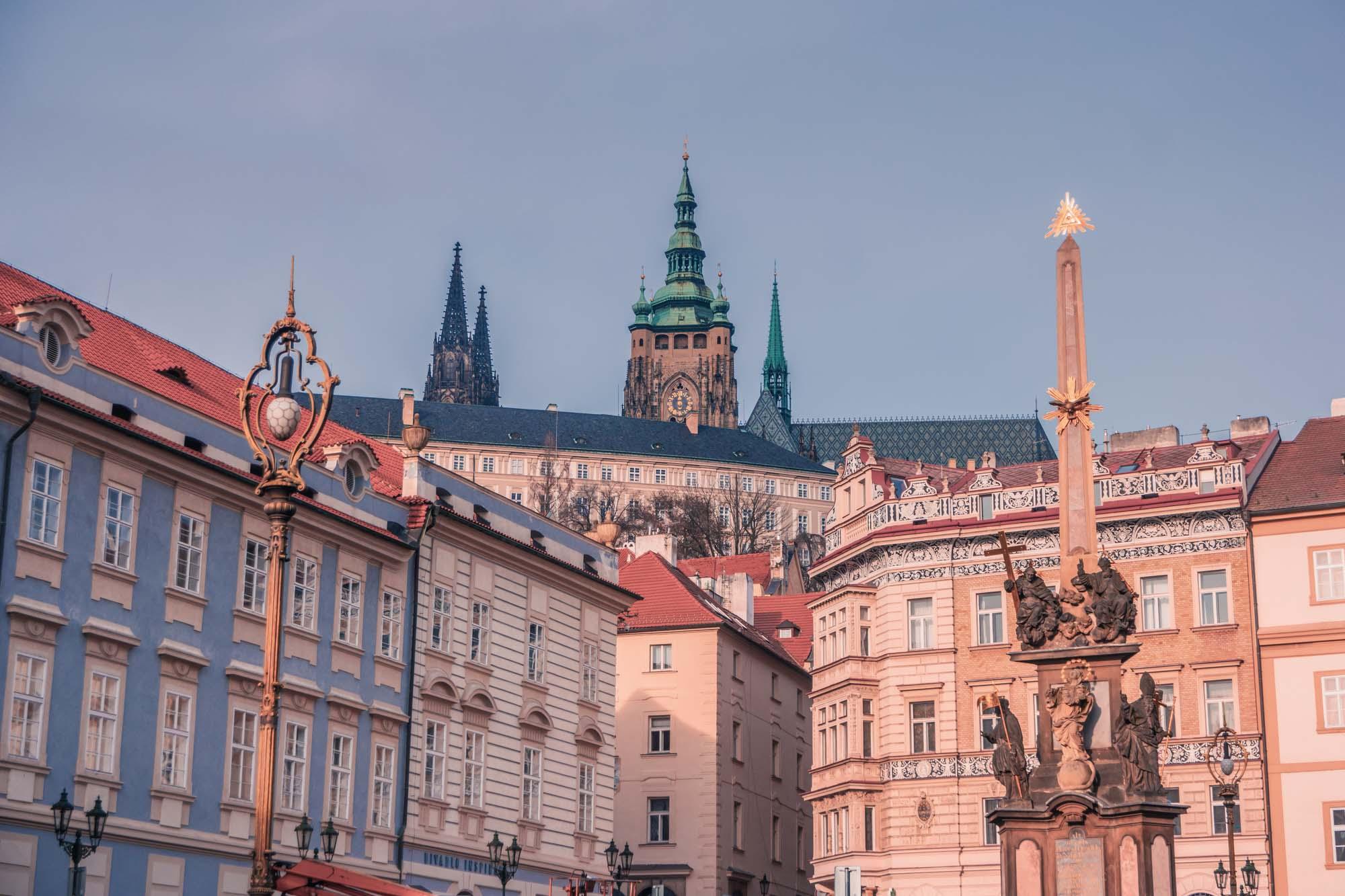 La vue sur le château depuis la place Malostranské