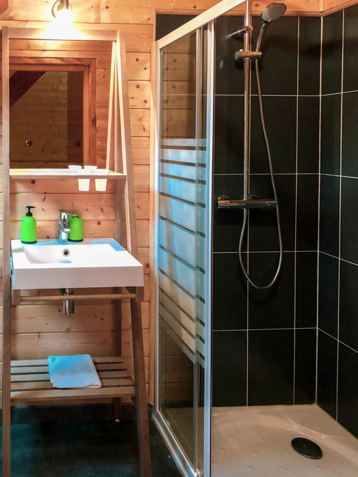 La salle de bain est vraiment très jolie