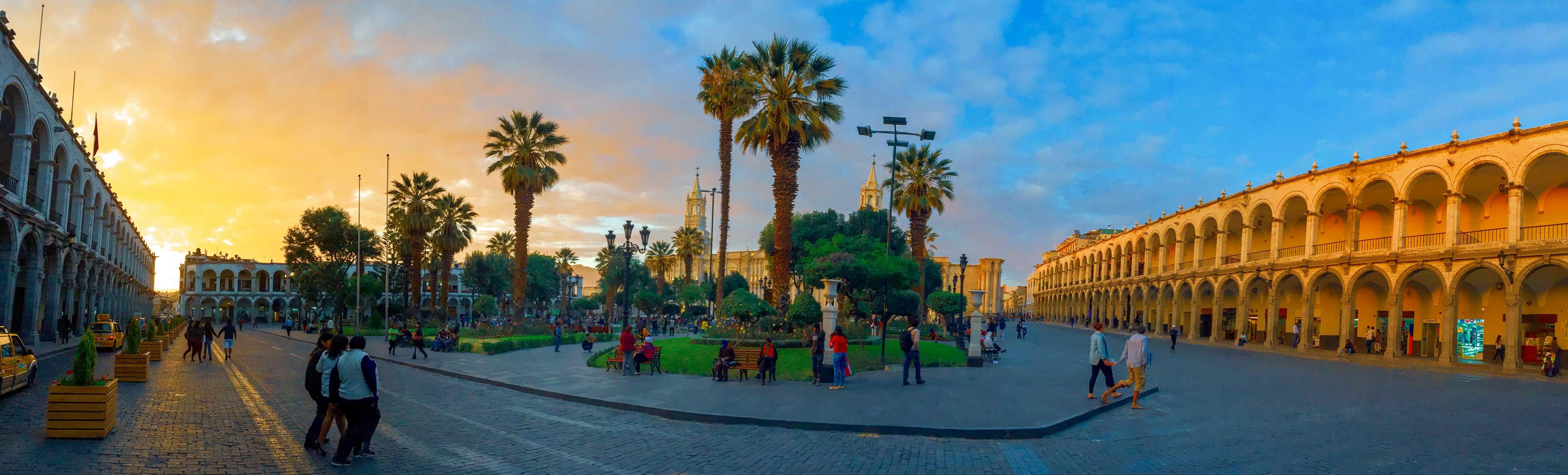 La Plaza de Armas illuminée par le coucher de soleil