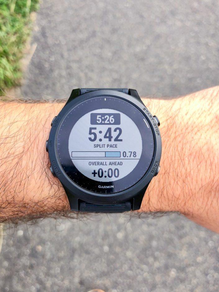 L'écran PacePro qui affiche l'intervalle en cours avec l'allure cible, l'allure moyenne depuis le début de l'intervalle, la distance restante et l'avance sur l'objectif de temps final.
