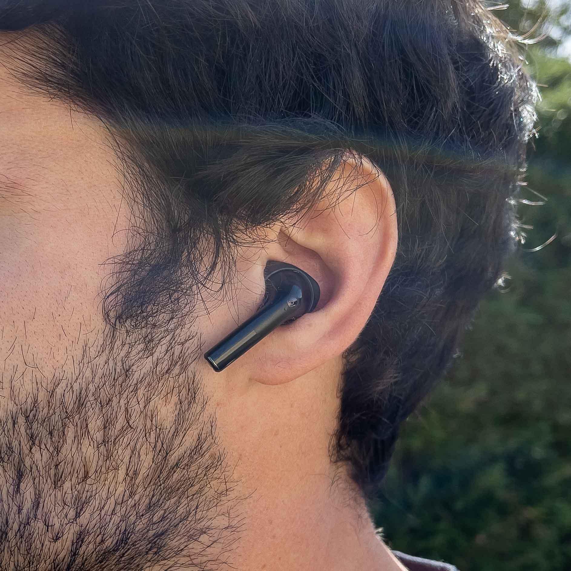 Les écouteurs Sudio Nio portés aux oreilles