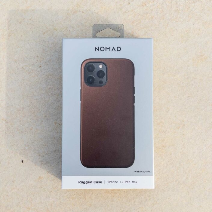 La coque en cuir marron compatible MagSafe de Nomad pour l'iPhone 12 Pro Max
