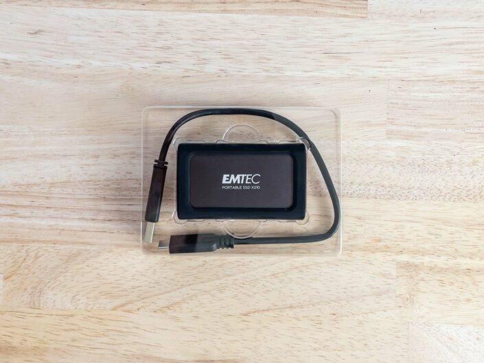 Le X210 Elite dans sa housse en silicone et le câble USB-A vers USB-C